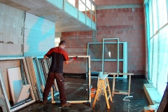 Monteur bei Vorbereitung des Fensterrahmens zum Einbau